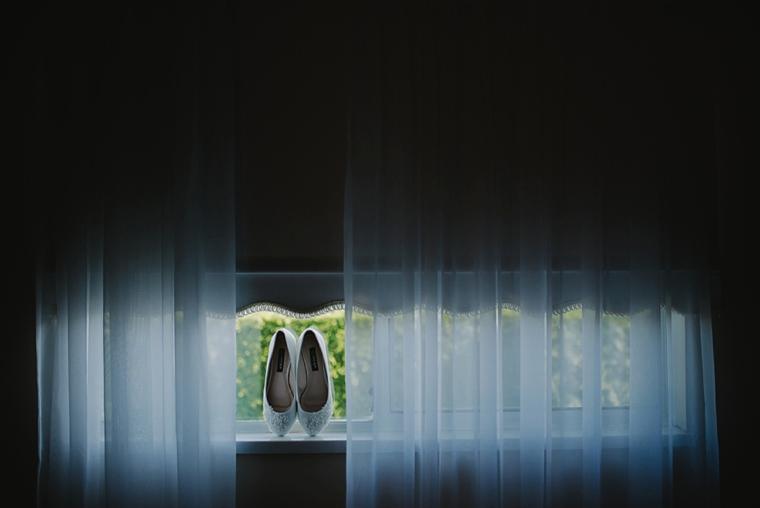 unique bride shoes wedding picture