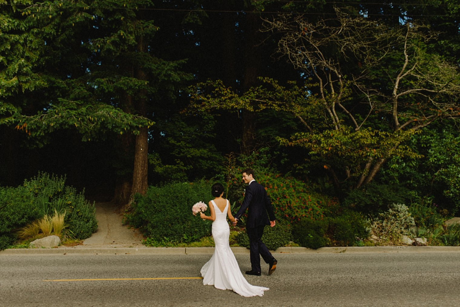 candid stanley park wedding photos